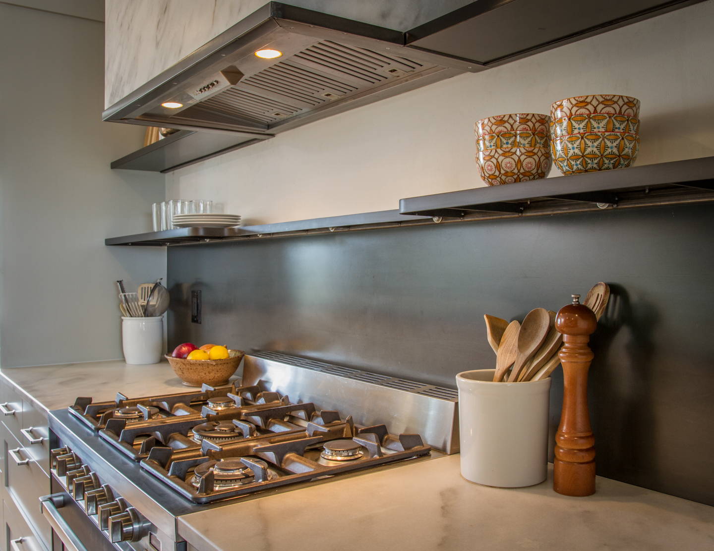 Hot Rolled Steel KItchen Backsplash With Floating Shelving
